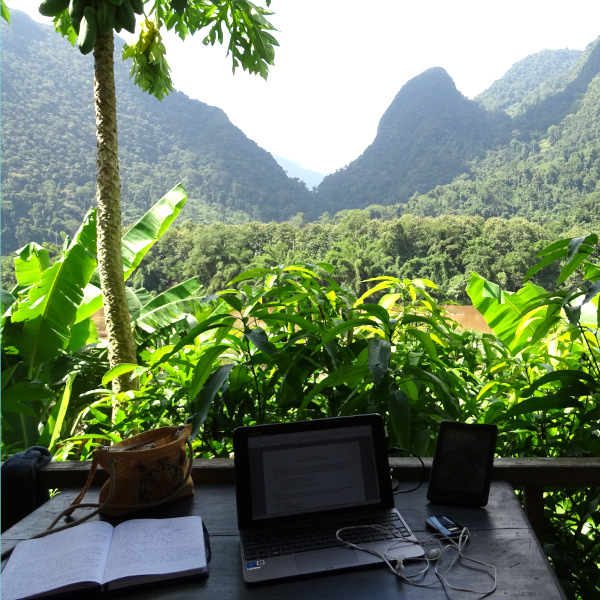 bureau devant un paysage de montagnes jungle